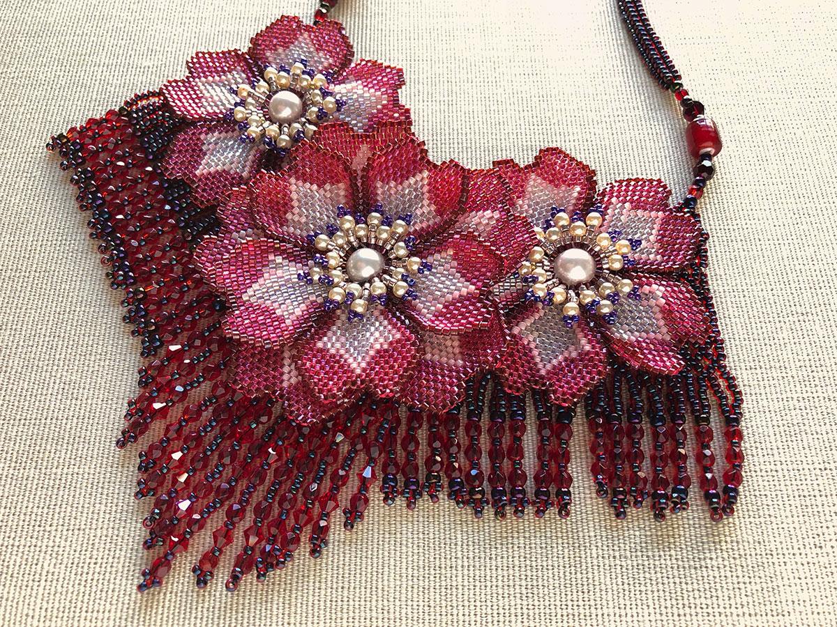 赤いお花のエキゾチックビーズネックレス