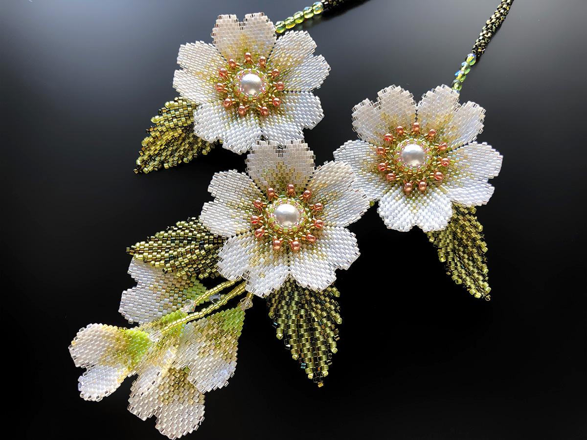 白いお花のキラキラボリュームビーズ
