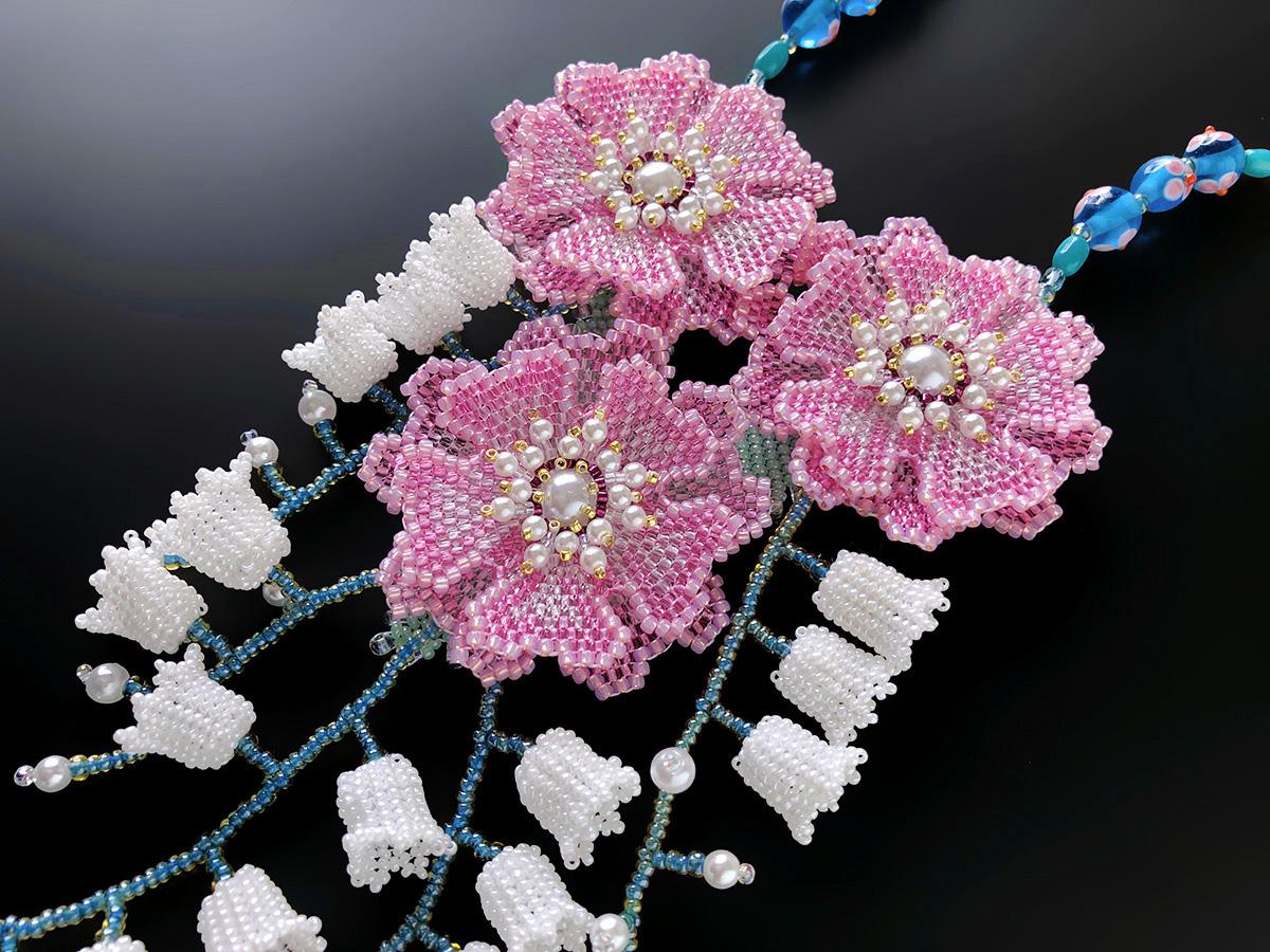 ピンクのお花と鈴蘭の華やかビーズネックレス