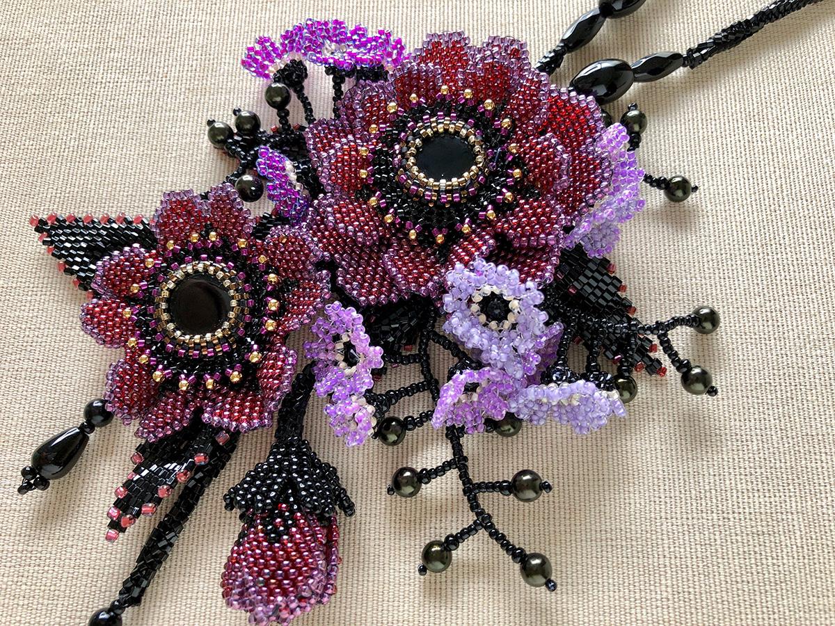 エンジのお花と小花のボリュームビーズネックレス