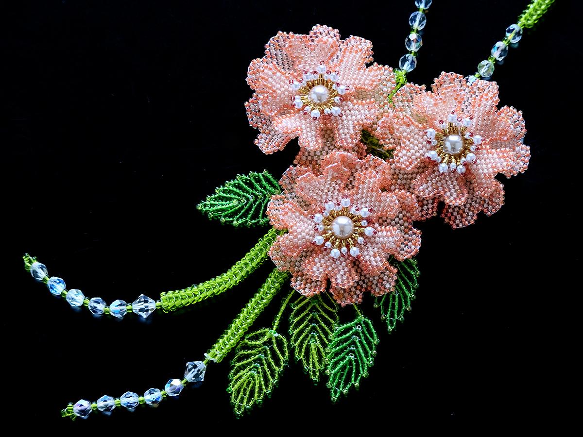 コーラルピンクのお花3輪ビーズネックレス