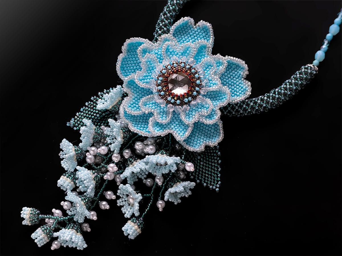 水色のお花のボリュームビーズネックレス