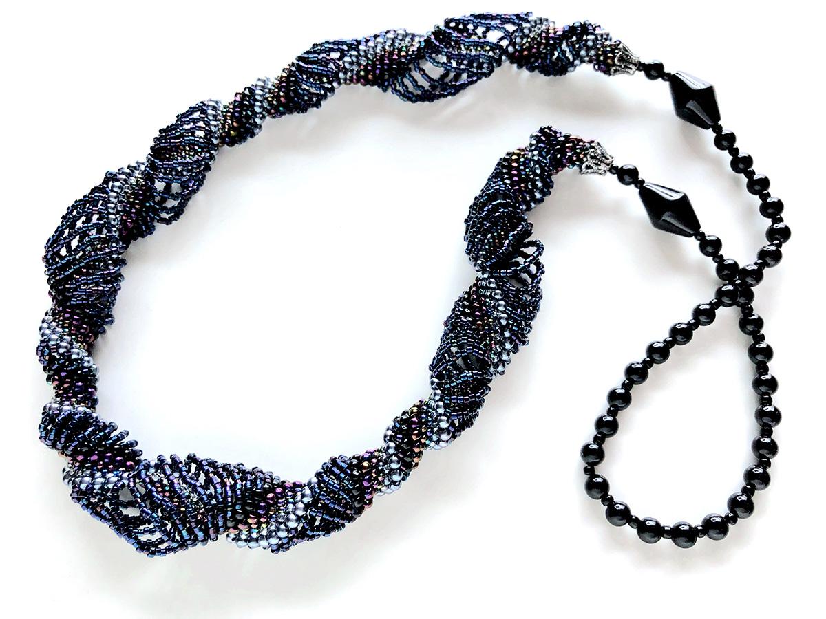 濃紺のボリュームスパイラルロングネックレス