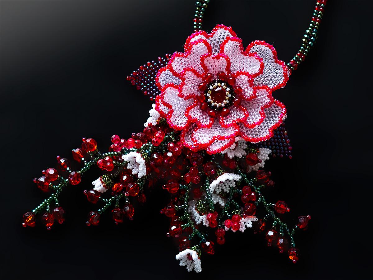 赤いお花と小花のボリュームビーズネックレス