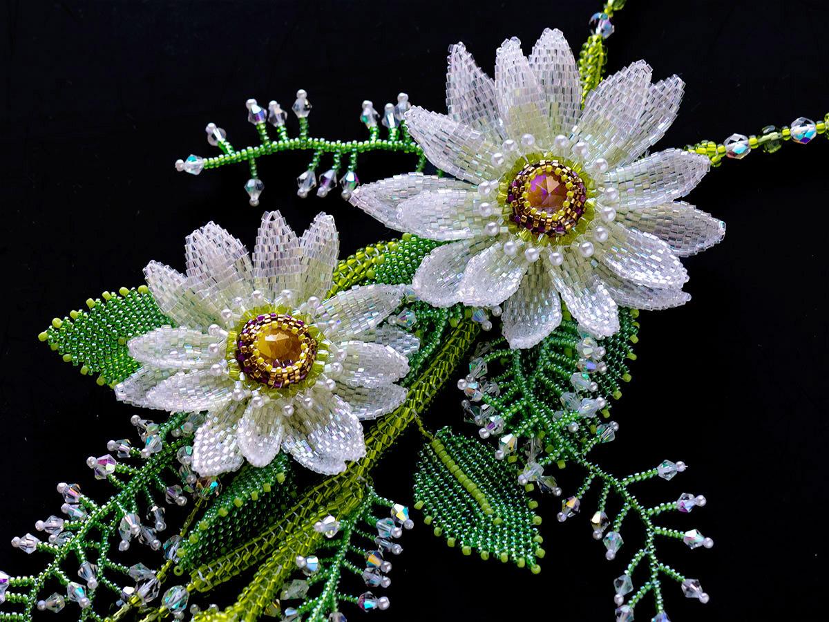 クリアホワイトのお花のボリュームネックレス