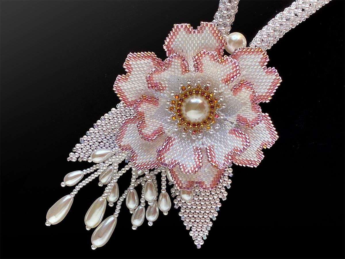 白いお花のボリュームビーズネックレス