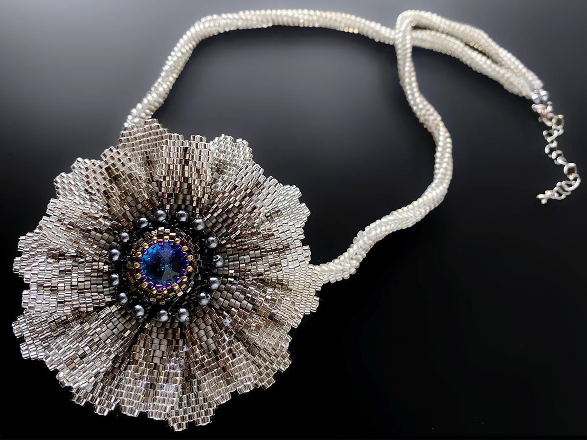 キラキラ大輪のお花のビーズネックレス