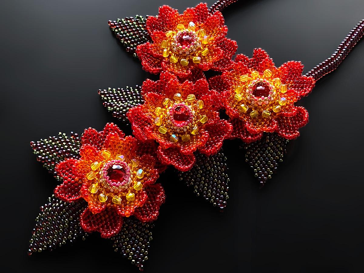 赤いお花のボリュームビーズネックレス