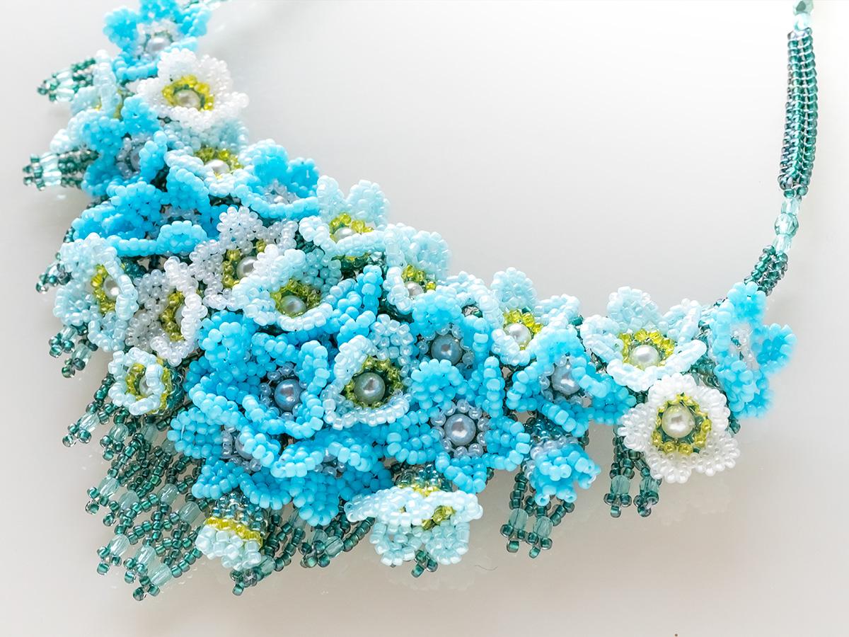 水色小花のボリュームビーズネックレス