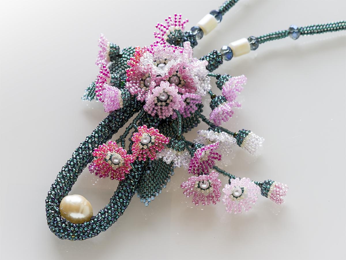ピンクの小花のボリュームビーズネックレス