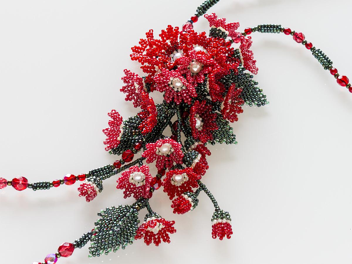 赤い小花のボリュームビーズネックレス