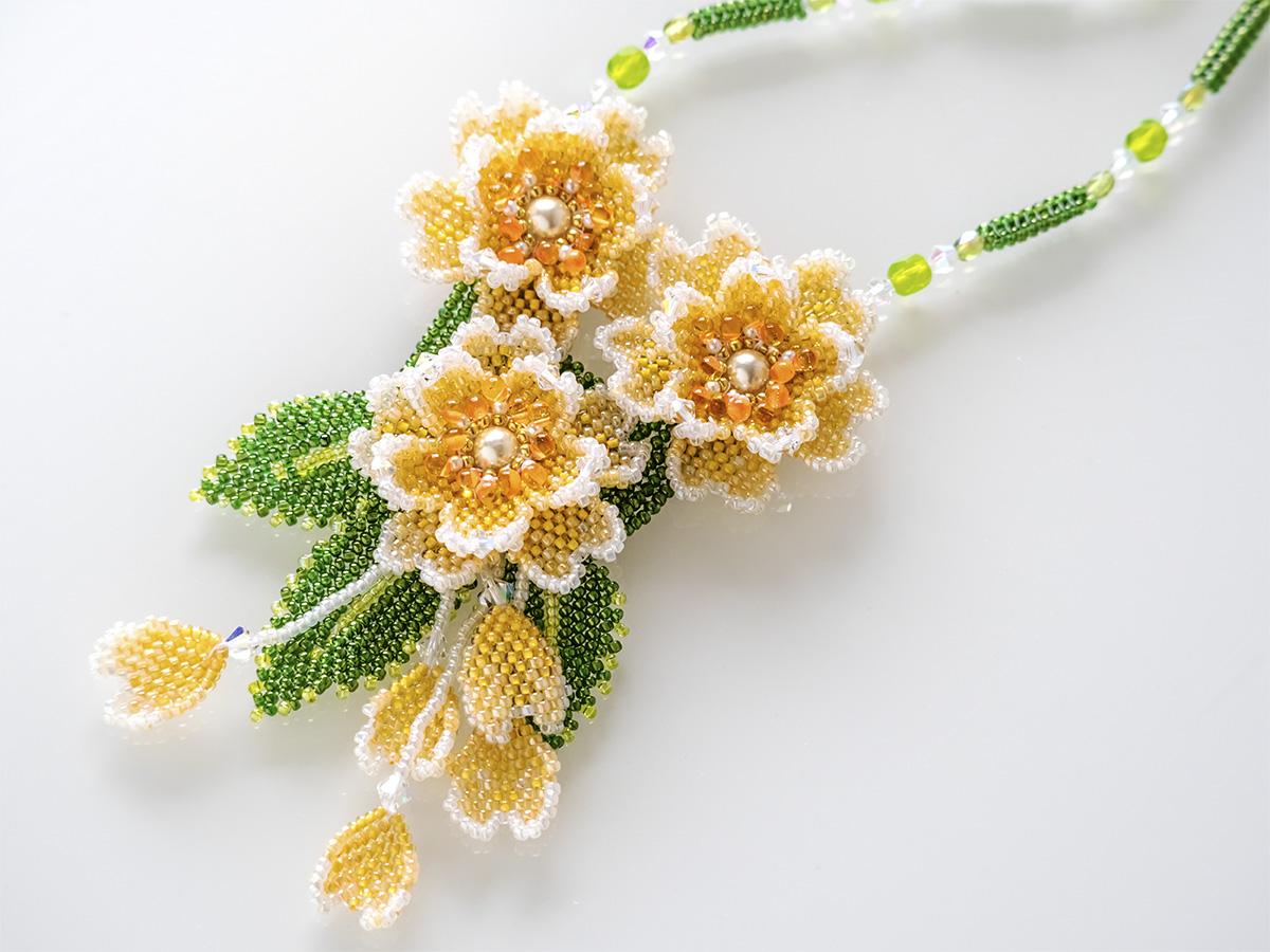 オレンジのお花のボリュームビーズネックレス