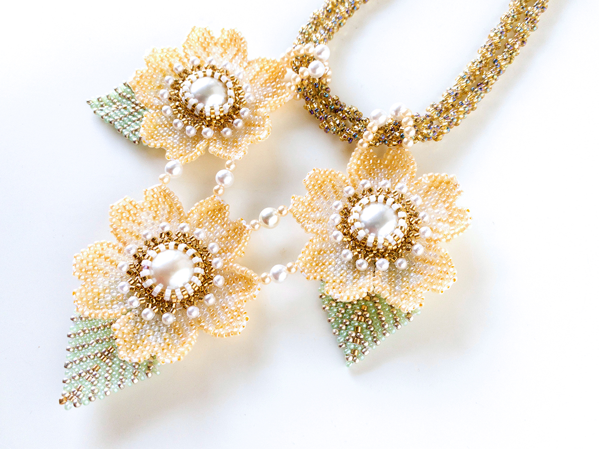 ライトオレンジのお花ネックレス