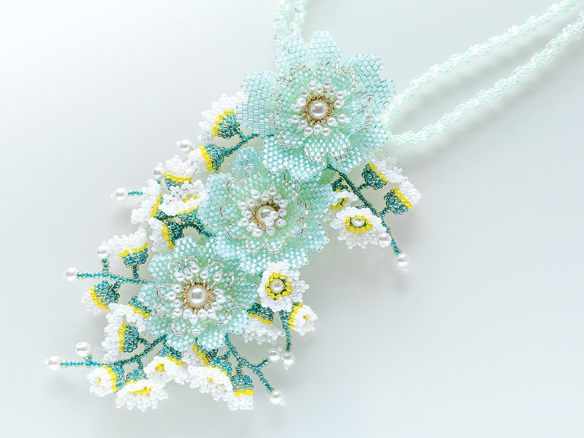 アイスグリーンのお花畑ビーズネックレス