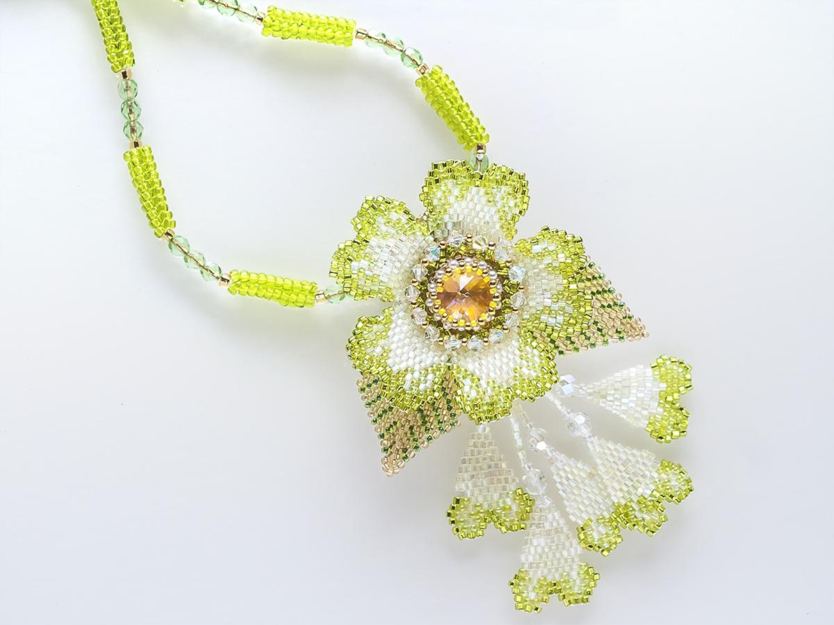 グリーンのお花のキラキラビーズネックレス