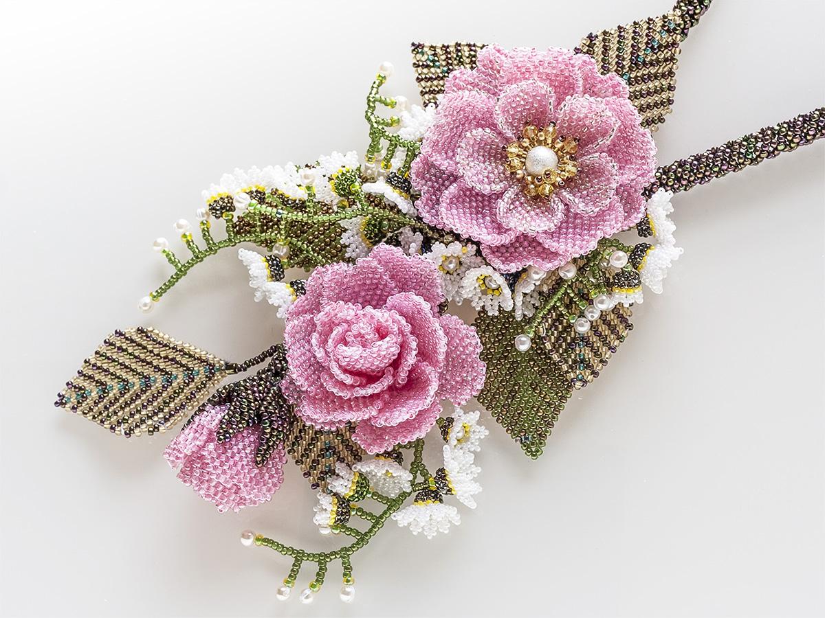ピンクの薔薇と小花のボリュームビーズネックレス