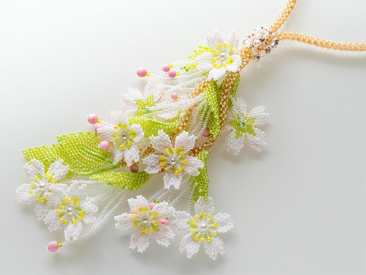 枝垂れ桜のボリュームビーズネックレス