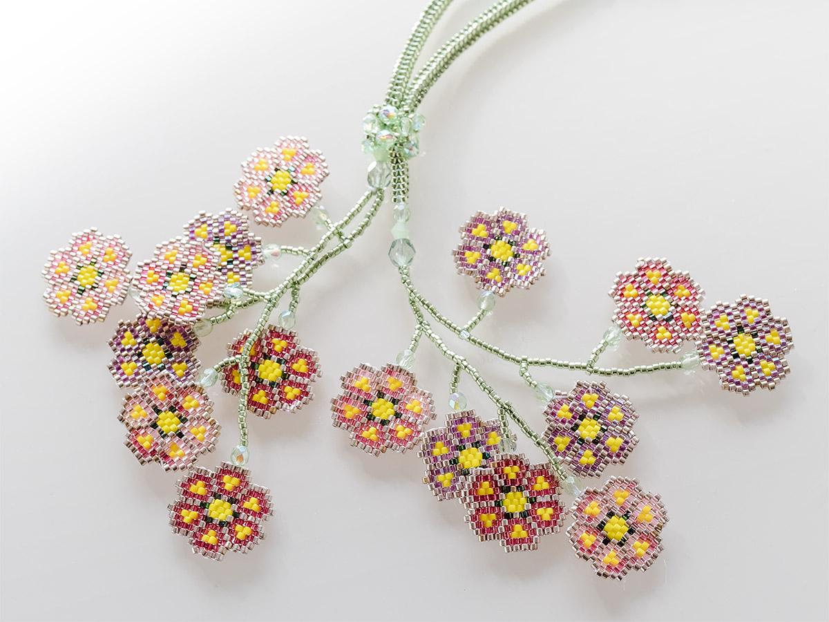花柄モチーフのデザインビーズネックレス
