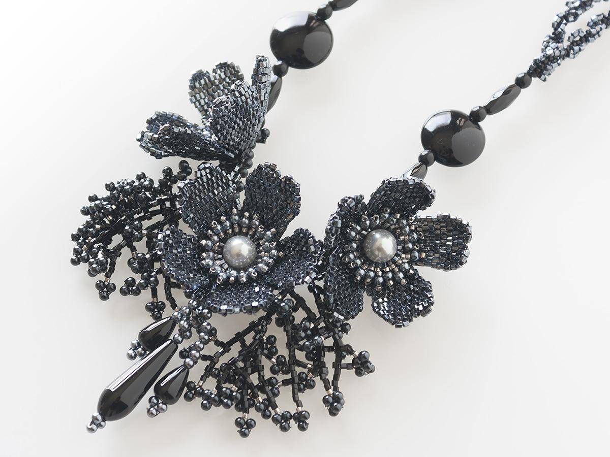 ブラックのキラキラお花ネックレス