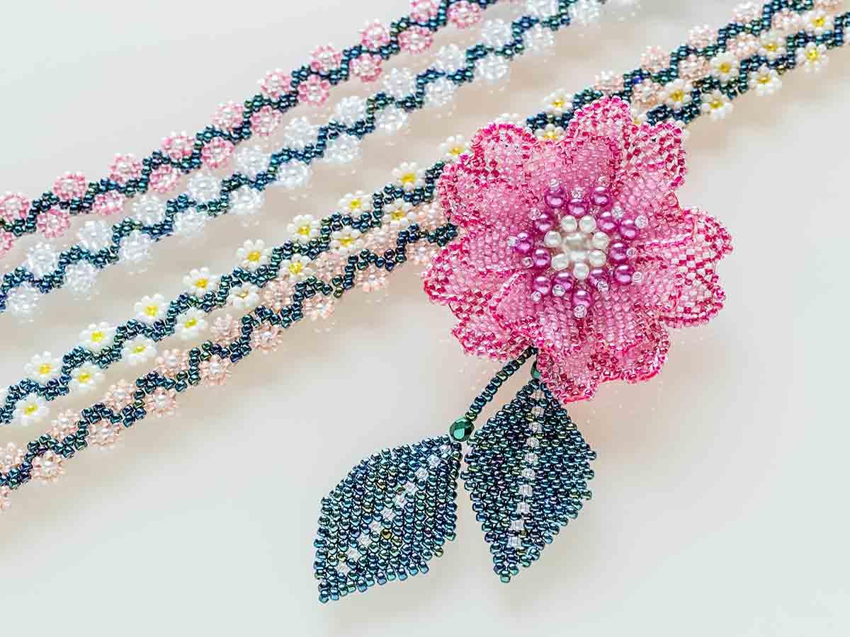 小花の柄のロングネックレス&コサージュ